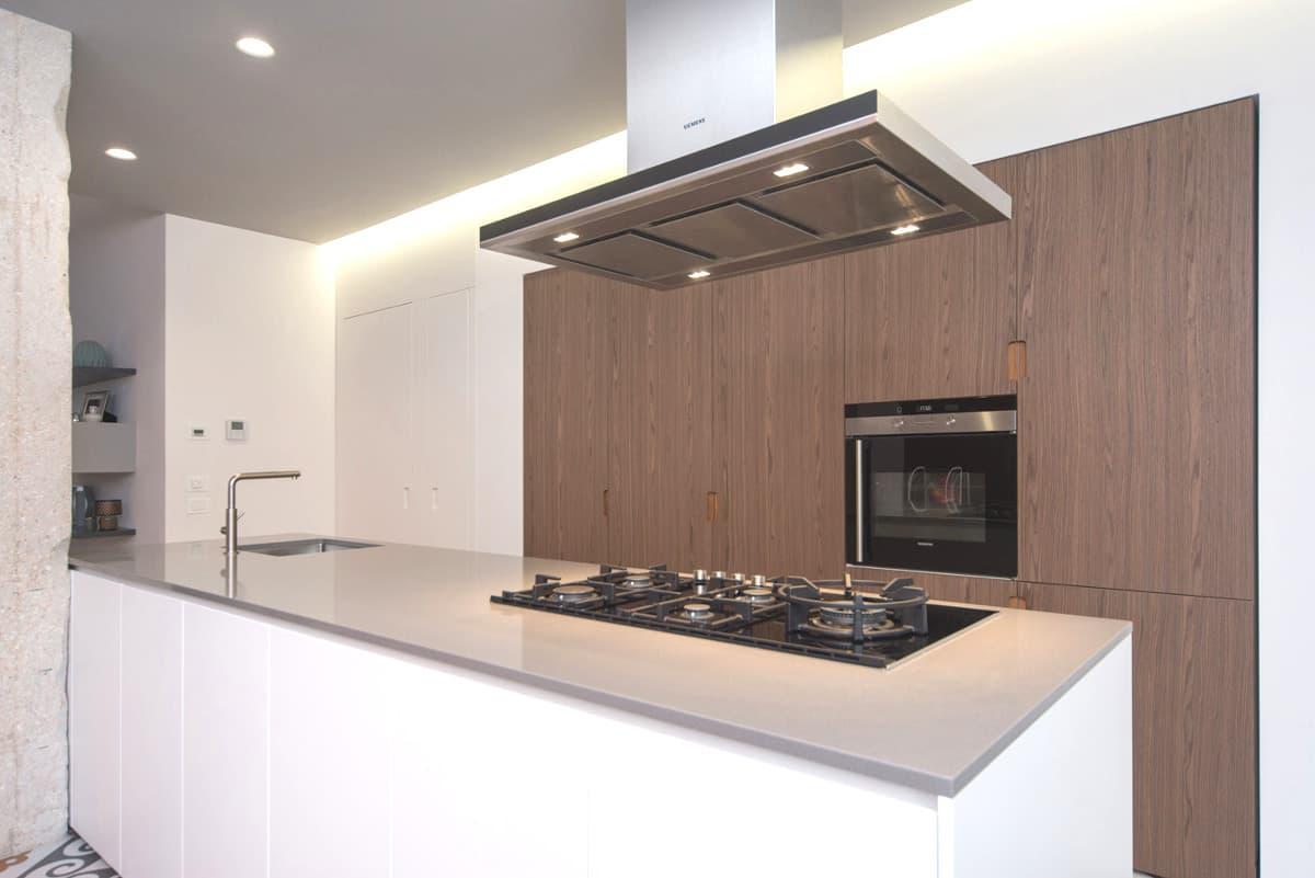 Cucina moderna con parete in legno