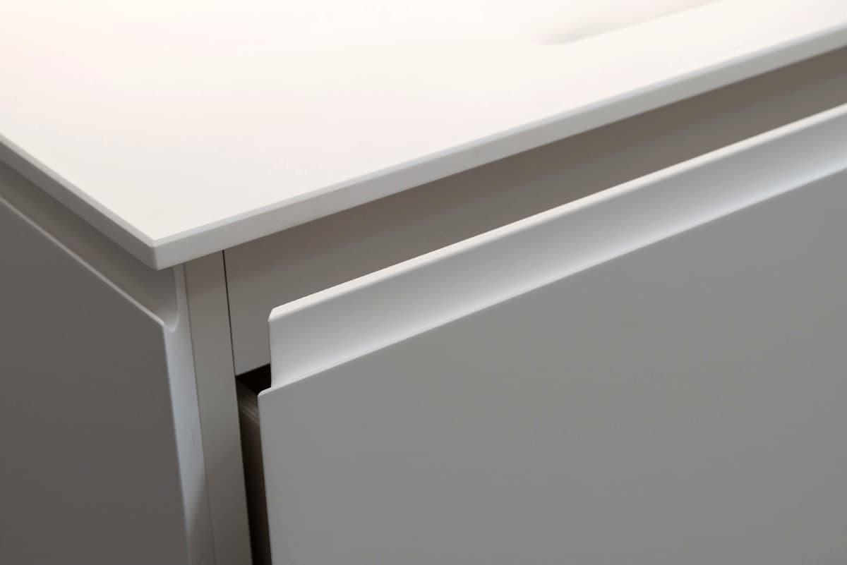 Dettaglio del lavandino bianco - sportello