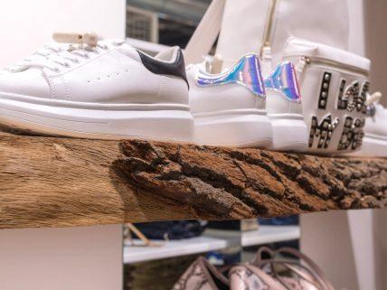 Dettaglio mensola per negozio di scarpe