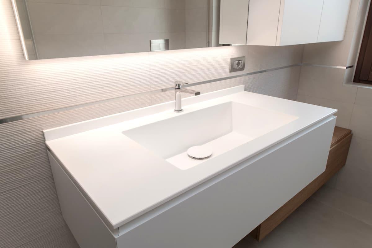 Lavandino da bagno in ceramica bianca